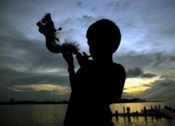 Seorang anak meniup terompet 'Naga' jelang perayaan tahun baru pada Sabtu ( 31/12).