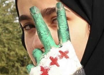 Seorang gadis Suriah melemparkan salam V (victory/kemenangan) saat menggelar demonstrasi menentang veto Rusia atas Resolusi Dewan Keamanan PBB soal Suriah di Kedubes Rusia di Doha, Qatar, Selasa (7/2).