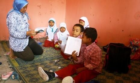 seorang guru mengajar siswa kelas 2 yang hanya berjumlah  130301185113 611 Tunjangan Sertifikasi Guru di Makassar Bermasalah