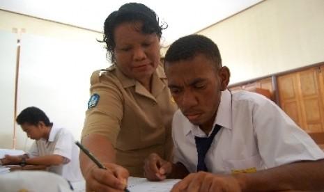 Seorang guru saat membimbing siswanya (ilustrasi).