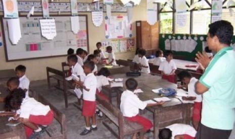 Seorang guru SD sedang mengajar di kelas/ilustrasi