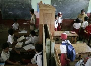 Seorang guru sedang mengajar di kelas. (ilustrasi)