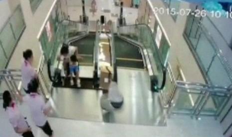Seorang ibu di Cina yang mengalami kecelakaan di eskalator