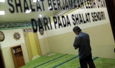 Seorang Muslim tengah mendirikan shalat (ilustrasi).
