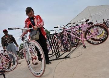 Seorang ofisial menggunakan sepeda fixie sebagai sarana transportasi alternatif SEA Games XXVI di kompleks Jakabaring Sport City, Palembang, Sumatera Selatan.