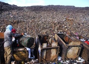Seorang pekerja sedang memilah sampah di TPST Bantar Gebang, Bekasi, Jawa Barat.