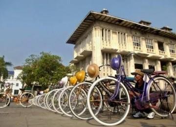 Persewaan Mobil Kota Bandung on Persewaan Sepeda Onthel Merapikan Deretan Sepedanya Di Kompleks Kota