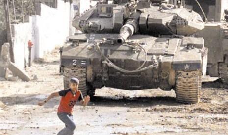 Seorang pemuda Palestina lari setelah dibidik tank Israel.