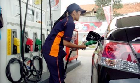 Seorang petugas mengisi bahan bakar jenis pertamax ke sebuah kendaraan saat Launching SPBU TOTAL di Jl Kapten Tendean, Jakarta Selatan, Senin (7/2).