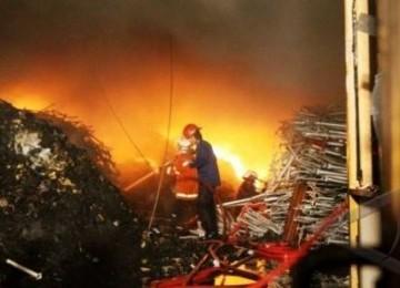 Seorang petugas pemadam kebakaran berupaya memadamkan jilatan api yang membakar sebuah gudang. (ilustrasi)