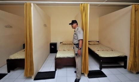 Praja (Satpol PP) melakukan pemeriksaan ruangan sebuah panti pijat