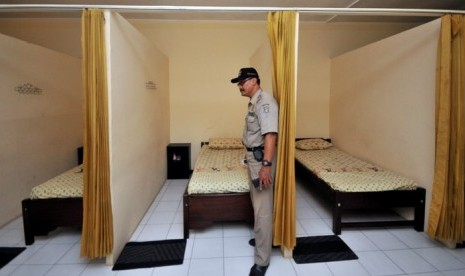 pemeriksaan ruangan sebuah panti pijat terkait kelengkapan izin tempat