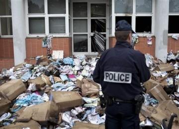 Seorang polisi Prancis berdiri di depan kantor pusat Majalah Charlie Hebdo.