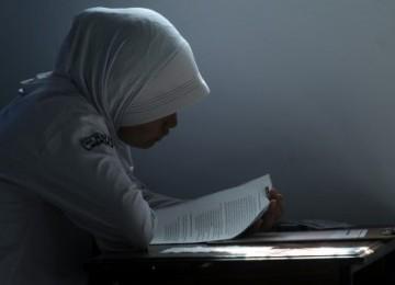 Seorang siswi mengerjakan soal ujian nasional di SMA Negeri 4 Makassar, Sulsel, Senin (18/4). Sebanyak 98. 585 siswa-siswi SMA dan sederajat melakukan ujian nasional secara serentak di Sulsel.