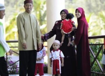Seorang suami bersama dua isterinya anggota Klub Isteri Patuh di Malaysia.