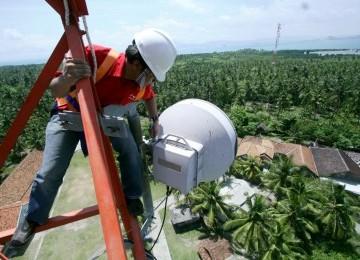 Seorang teknisi sedang melakukan maintenance berkala di Base Tranceiver Stations (BTS) Solar Cell Telkomsel di Pulau Panjang – Serang.