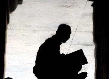 Seorang umat muslim membaca Alquran di Masjid Raya Makassar, Sulsel, Senin (1/8).