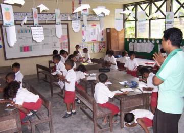 Seorang guru sedang mengajar di kelas/ilustrasi