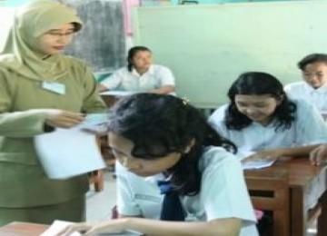 Guru Sedang Mengajar