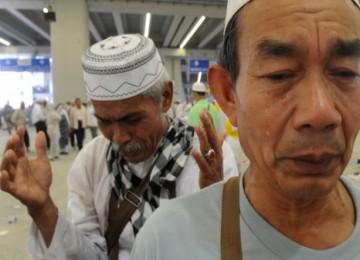 Seorang jamaah haji Indonesia menitikan air mata ketika berdoa usai melontar jumroh Nafar Awal di Jamarat, Mekkah, Arab Saudi, Kamis (18/11).