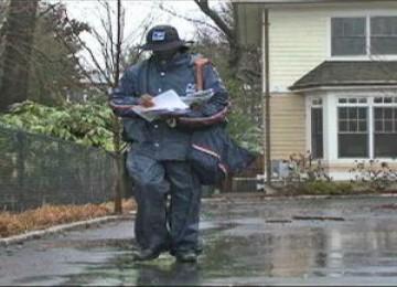 Seorang tukang pos di Washington, D.C sedang menjalankan tugas dalam cuaca yang tidak bersahabat.