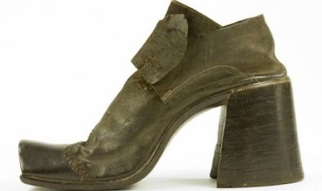 sepatu hak tinggi pria