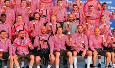 Sesi foto bersama skuat Bayern Muenchen mengenakan kostum Bavaria.