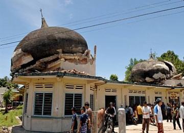 Shalat Jumat usai terjadi gempa Padang