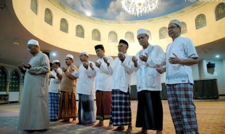 Sholat subuh berjamaah (Ilustrasi)