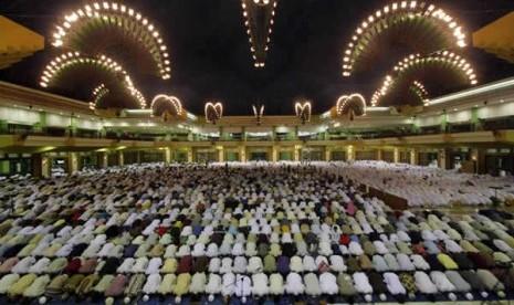 Sholat tarawih di masjis Islamic Centre Jakarta Utara
