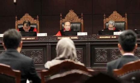 Sidang Aturan Pernikahan Beda Agama: Para Hakim Konstitusi Wahiduddin Adams (tengah), Muhammad Alim (kanan), dan Arief Hidayat menggelar sidang perdana pemeriksaan pendahuluan perkara pengujian materil Undang-undang Nomor 1 Tahun 1974 tentang perkawinan te