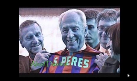 Simon Perez bersama oficiall Barcelona memperlihatkan kaos kehormatan untuknya dengan nama punggng Peres