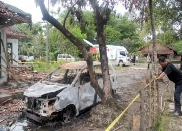 Sisa-sisa bentrokan warga dengan jemaat Ahmadiyah, Ahad (6/2), di Cikeusik, Pandeglang