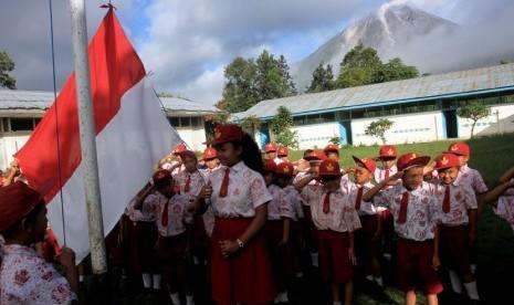 http://static.republika.co.id/uploads/images/detailnews/siswa-sdn-046416-melakukan-upacara-bendera-di-sekolah-_131107144913-400.jpg