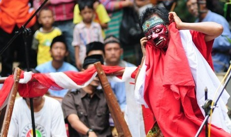 Some actors play Topeng Blantek in Betawi Culture Festival in Srengseng, West Jakarta, in June. (file photo)