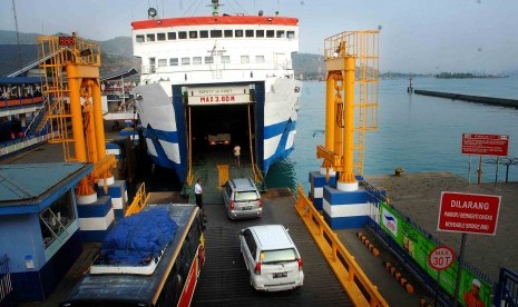 Some cars are on a queue to enter ferry in Port of Merak, before departing to Bakauheni in Sumatra, Tuesday.