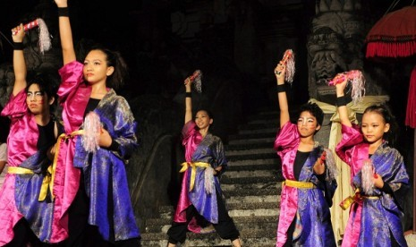 Some Japanese dancers colaborate with local dancers to perform Jegog in Denpasar, Bali, recently. (illustration)