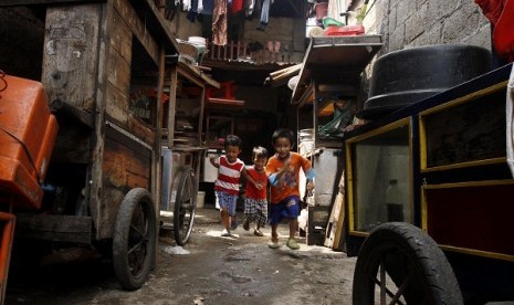 Some kids play in their neighborhood in a slum area in Jakarta. President Susilo bambang Yudhyono claims that the country`s economy had in the past eight years kept improving while unemployment and poverty has also continued to drop. (file photo)