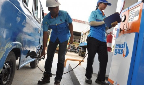 Some staff fill the fuel gas tank in a station in Palembang (illustration)