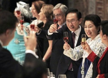 South Korean President Lee Myung-bak, third from right, accompanied by his wife Kim Yoon-ok, second from right, proposes a toast during an official dinner for leaders who attended the Nuclear Security Summit in Seoul, South Korea, Tuesday, March 27, 2012.