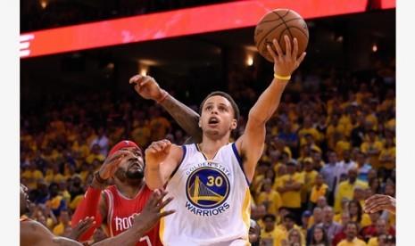 Stephen Curry berusaha memasukkan bola.