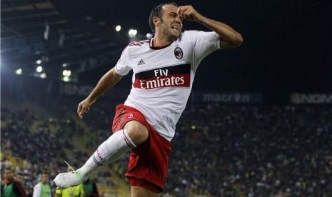 Striker anyar AC Milan, Giampaolo Pazzini, melakukan lompatan selebrasi usai menjebol jala Bologna di debutnya bersama Milan di laga Seri A Italia di Stadion Dall'Ara, Bologna, pada Sabtu (1/9).