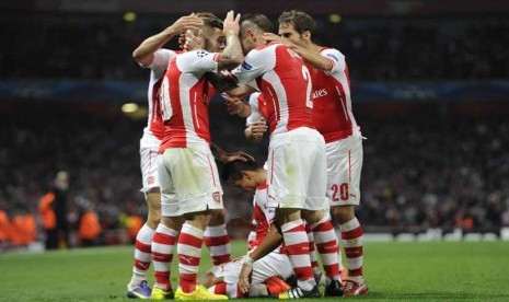 Striker Arsenal, Alexis Sanchez (tengah), melakukan selebrasi usai menjebol gawang Besiktas di leg kedua babak playoff Liga Champions di Stadion Emirates, London, Rabu (27/8).