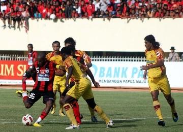 Striker Persipura Jayapura, Boaz Salossa (kiri), mendapat kawalan ketat dari para pemain Sriwijaya FC pada laga Liga Super Indonesia. (ilustrasi)