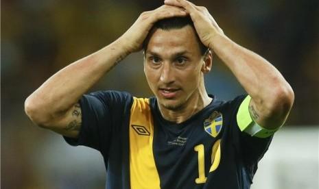 Striker timnas Swedia, Zlatan Ibrahimovic, tampak kecewat setelah timnya kalah dari Ukraina di laga Grup D Piala Eropa 2012 di Stadion Olimpiade, Kiev, Ukraina, pada Senin (11/6).