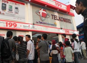Suasana booth utama Telkomsel di arena Pekan Raya Jakarta (PRJ) 2011 ...