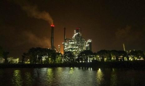 suasana malam kilang minyak balongan indramayu jawa barat a+ reset a .