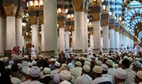 Suasana pengajian berbahasa Indonesia di Masjid Nabawi, Madinah, Arab Saudi.