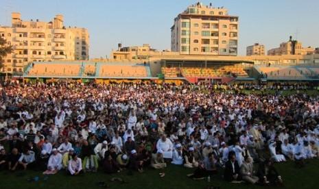 Suasana shalat Idul Fitri di salah satu lapangan bola di Kota Gaza, Palestina.