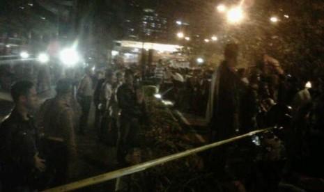 Suasana TKP penembakan polisi Provost Mabes Polri, Bripka Sukardi, Selasa (10/9) malam. Sukardi tewas usai ditembak tiga kali di bagian dada dan perut oleh orang tak dikenal di Jalan HR Rasuna Said, Jakarta Selatan, tepatnya di depan Gedung KPK.